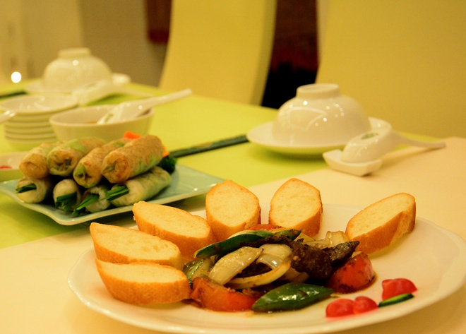 Bánh mì không chỉ có trong công thức ăn chay của Hồ Quỳnh Hương mà còn có trong menu tại nhà hàng chay của cô.