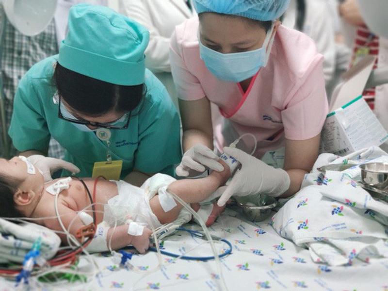 Ngộ độc nitrite khiến bé trai 2 tháng tuổi da chuyển xanh