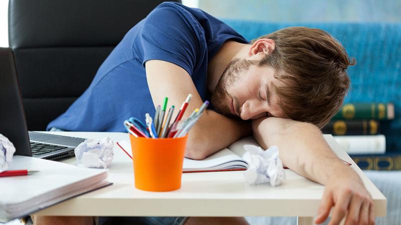 ngủ gục trên bàn làm việc